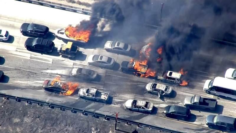 Cinco drones impiden apagar un incendio masivo en unaautopista